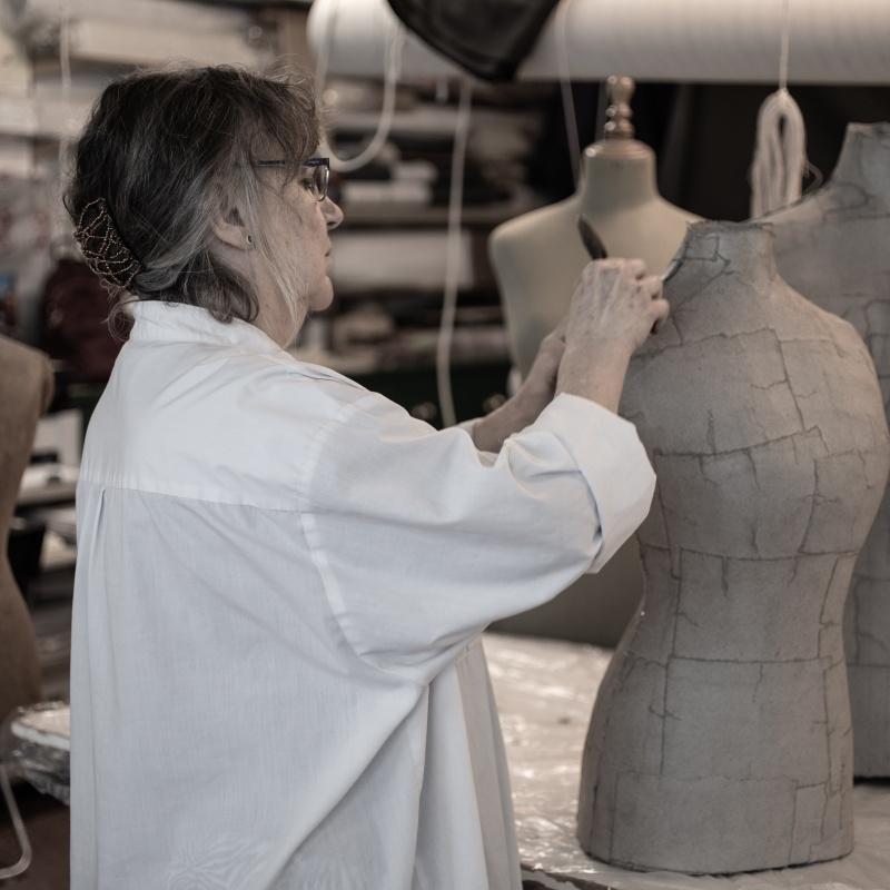 Soledad Santisteban trabajando en su taller